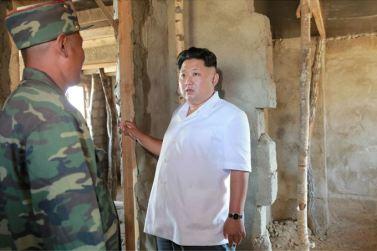 150918 - SK - KIM JONG UN - Marschall KIM JONG UN leitete die Arbeit für die Beseitigung der Überschwemmungsschäden in der Stadt Rason vor Ort an - 04 - 경애하는 김정은동지께서 라선시피해복구전투를 현지에서 지도하시였다