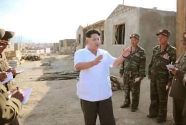 150918 - SK - KIM JONG UN - Marschall KIM JONG UN leitete die Arbeit für die Beseitigung der Überschwemmungsschäden in der Stadt Rason vor Ort an - 06 - 경애하는 김정은동지께서 라선시피해복구전투를 현지에서 지도하시였다