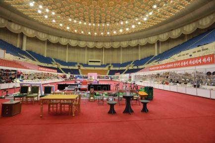 150922 - SK - KIM JONG UN - Marschall KIM JONG UN besichtigte eine Ausstellung für Grundbedarfsartikel der Rüstungsindustrie- 01 - 경애하는 김정은동지께서 군수공업부문 생활필수품 품평회장을 돌아보시였다