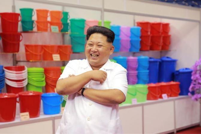150922 - SK - KIM JONG UN - Marschall KIM JONG UN besichtigte eine Ausstellung für Grundbedarfsartikel der Rüstungsindustrie- 02 - 경애하는 김정은동지께서 군수공업부문 생활필수품 품평회장을 돌아보시였다