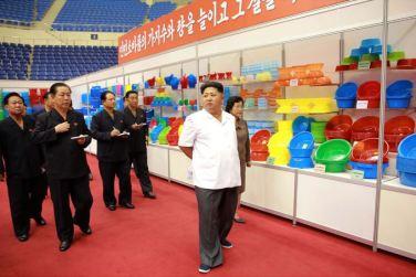150922 - SK - KIM JONG UN - Marschall KIM JONG UN besichtigte eine Ausstellung für Grundbedarfsartikel der Rüstungsindustrie- 03 - 경애하는 김정은동지께서 군수공업부문 생활필수품 품평회장을 돌아보시였다