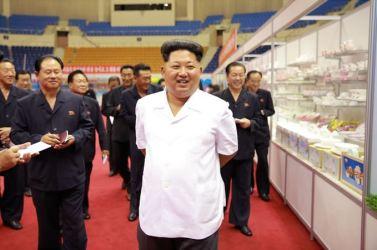 150922 - SK - KIM JONG UN - Marschall KIM JONG UN besichtigte eine Ausstellung für Grundbedarfsartikel der Rüstungsindustrie- 04 - 경애하는 김정은동지께서 군수공업부문 생활필수품 품평회장을 돌아보시였다