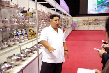150922 - SK - KIM JONG UN - Marschall KIM JONG UN besichtigte eine Ausstellung für Grundbedarfsartikel der Rüstungsindustrie- 05 - 경애하는 김정은동지께서 군수공업부문 생활필수품 품평회장을 돌아보시였다