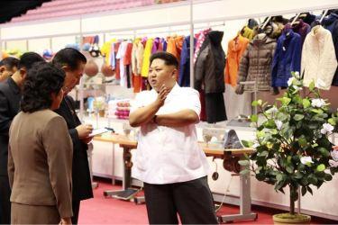 150922 - SK - KIM JONG UN - Marschall KIM JONG UN besichtigte eine Ausstellung für Grundbedarfsartikel der Rüstungsindustrie- 06 - 경애하는 김정은동지께서 군수공업부문 생활필수품 품평회장을 돌아보시였다