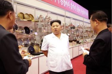 150922 - SK - KIM JONG UN - Marschall KIM JONG UN besichtigte eine Ausstellung für Grundbedarfsartikel der Rüstungsindustrie- 08 - 경애하는 김정은동지께서 군수공업부문 생활필수품 품평회장을 돌아보시였다