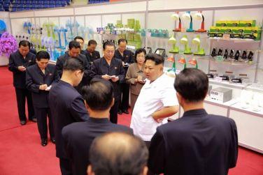 150922 - SK - KIM JONG UN - Marschall KIM JONG UN besichtigte eine Ausstellung für Grundbedarfsartikel der Rüstungsindustrie- 09 - 경애하는 김정은동지께서 군수공업부문 생활필수품 품평회장을 돌아보시였다