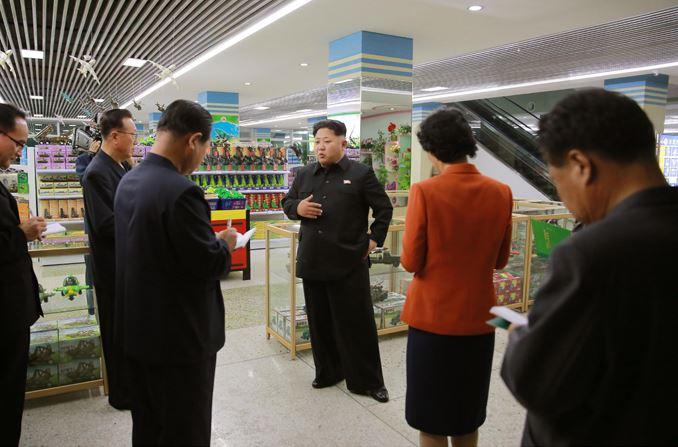 150925 - SK - KIM JONG UN - Marschall KIM JONG UN besuchte den neu gebauten Changgwang-Laden - 01 - 경애하는 김정은동지께서 새로 건설한 창광상점을 현지지도하시였다