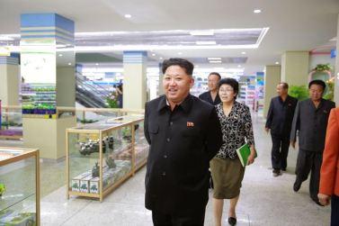 150925 - SK - KIM JONG UN - Marschall KIM JONG UN besuchte den neu gebauten Changgwang-Laden - 02 - 경애하는 김정은동지께서 새로 건설한 창광상점을 현지지도하시였다