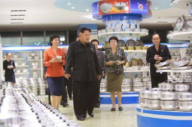150925 - SK - KIM JONG UN - Marschall KIM JONG UN besuchte den neu gebauten Changgwang-Laden - 06 - 경애하는 김정은동지께서 새로 건설한 창광상점을 현지지도하시였다