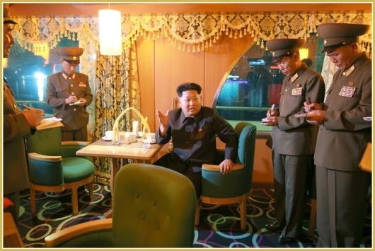 150928 - Naenara - KIM JONG UN - Marschall KIM JONG UN besichtigte den neu gebauten Vergnügungsdampfer 'Regenbogen' - 01 - 경애하는 김정은동지께서 새로 건조한 종합봉사선 《무지개》호를 돌아보시였다