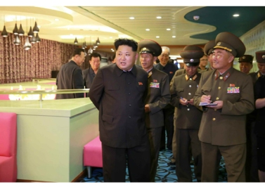 150928 - RS - KIM JONG UN - Marschall KIM JONG UN besichtigte den neu gebauten Vergnügungsdampfer 'Regenbogen' - 01 - 경애하는 김정은동지께서 새로 건조한 종합봉사선 《무지개》호를 돌아보시였다