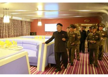 150928 - RS - KIM JONG UN - Marschall KIM JONG UN besichtigte den neu gebauten Vergnügungsdampfer 'Regenbogen' - 12 - 경애하는 김정은동지께서 새로 건조한 종합봉사선 《무지개》호를 돌아보시였다