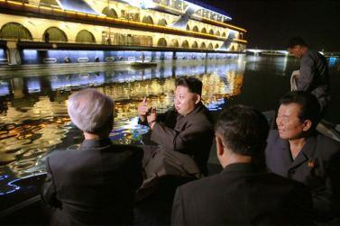 150928 - SK - KIM JONG UN - Marschall KIM JONG UN besichtigte den neu gebauten Vergnügungsdampfer 'Regenbogen' - 11 - 경애하는 김정은동지께서 새로 건조한 종합봉사선 《무지개》호를 돌아보시였다
