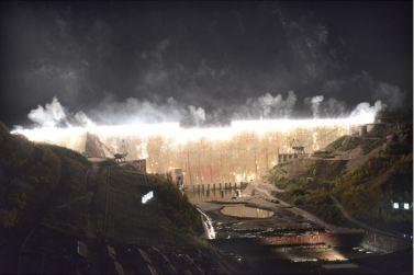 151004 - SK - KIM JONG UN - Ein großer Chor in Anwesenheit von Marschall KIM JONG UN - 07 - 백두산대국의 자랑스러운 청춘대기념비, 청년강국의 상징 백두산영웅청년발전소 훌륭히 완공 경애하는 김정은동지께서 발전소준공식에 참석하시여 력사적인 연설을 하시고 전체 건설자들과 함께 기념사진을 찍으시였다
