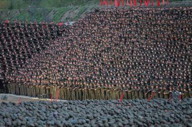 151004 - SK - KIM JONG UN - Ein großer Chor in Anwesenheit von Marschall KIM JONG UN - 10 - 백두산대국의 자랑스러운 청춘대기념비, 청년강국의 상징 백두산영웅청년발전소 훌륭히 완공 경애하는 김정은동지께서 발전소준공식에 참석하시여 력사적인 연설을 하시고 전체 건설자들과 함께 기념사진을 찍으시였다