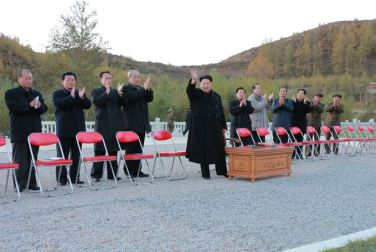 151004 - SK - KIM JONG UN - Ein großer Chor in Anwesenheit von Marschall KIM JONG UN - 11 - 백두산대국의 자랑스러운 청춘대기념비, 청년강국의 상징 백두산영웅청년발전소 훌륭히 완공 경애하는 김정은동지께서 발전소준공식에 참석하시여 력사적인 연설을 하시고 전체 건설자들과 함께 기념사진을 찍으시였다