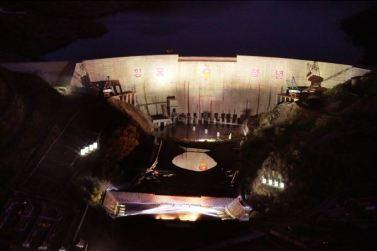 151004 - SK - KIM JONG UN - Ein großer Chor in Anwesenheit von Marschall KIM JONG UN - 15 - 백두산대국의 자랑스러운 청춘대기념비, 청년강국의 상징 백두산영웅청년발전소 훌륭히 완공 경애하는 김정은동지께서 발전소준공식에 참석하시여 력사적인 연설을 하시고 전체 건설자들과 함께 기념사진을 찍으시였다