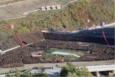 151004 - SK - KIM JONG UN - Genosse KIM JONG UN bei Einweihung des Held-Jugend-Kraftwerkes Paektusan - 08 - 백두산대국의 자랑스러운 청춘대기념비, 청년강국의 상징 백두산영웅청년발전소 훌륭히 완공 경애하는 김정은동지께서 발전소준공식에 참석하시여 력사적인 연설을 하시고 전체 건설자들과 함께 기념사진을 찍으시였다