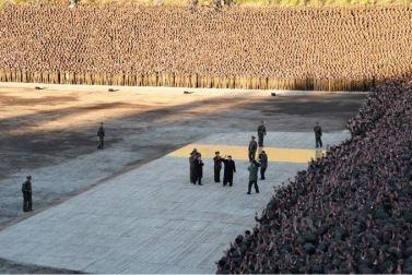 151004 - SK - KIM JONG UN - Genosse KIM JONG UN bei Einweihung des Held-Jugend-Kraftwerkes Paektusan - 11 - 백두산대국의 자랑스러운 청춘대기념비, 청년강국의 상징 백두산영웅청년발전소 훌륭히 완공 경애하는 김정은동지께서 발전소준공식에 참석하시여 력사적인 연설을 하시고 전체 건설자들과 함께 기념사진을 찍으시였다