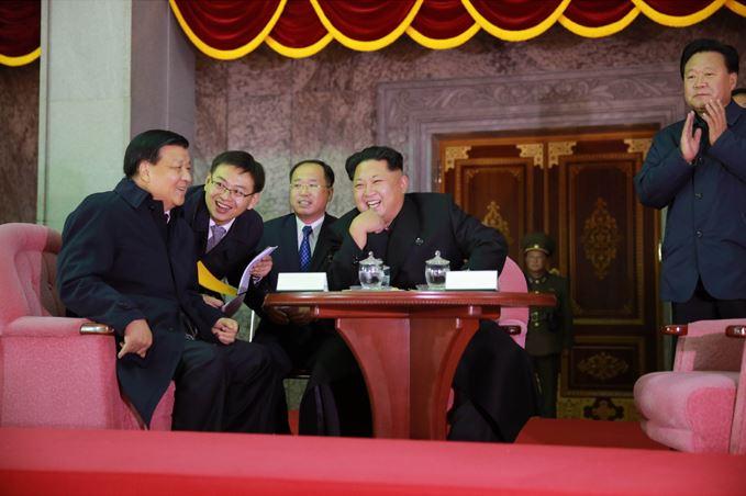 151011 - SK - KIM JONG UN - Fackelzug der Jugendlichen in Anwesenheit von Genossen KIM JONG UN - 01