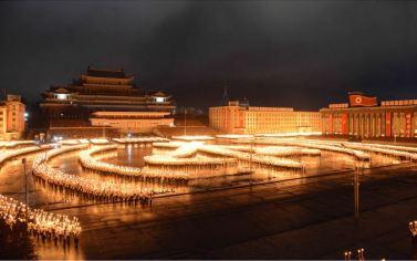 151011 - SK - KIM JONG UN - Fackelzug der Jugendlichen in Anwesenheit von Genossen KIM JONG UN - 03