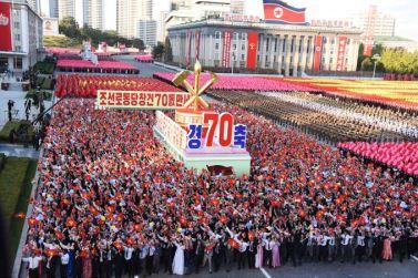 151011 - SK - KIM JONG UN - Parade und Massenkundgebung zum 70. Gründungstag der PdAK in Anwesenheit von Genossen KIM JONG UN - 26