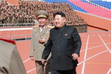 151014 - SK - KIM JONG UN - Marschall KIM JONG UN liess sich gemeinsam mit den Paradeteilnehmern fotografieren - 01 - 경애하는 김정은동지께서 조선로동당창건 70돐경축 열병식 참가자들과 함께 기념사진을 찍으시였다