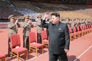 151014 - SK - KIM JONG UN - Marschall KIM JONG UN liess sich gemeinsam mit den Paradeteilnehmern fotografieren - 02 - 경애하는 김정은동지께서 조선로동당창건 70돐경축 열병식 참가자들과 함께 기념사진을 찍으시였다
