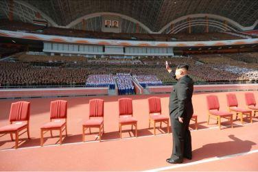 151014 - SK - KIM JONG UN - Marschall KIM JONG UN liess sich gemeinsam mit den Paradeteilnehmern fotografieren - 04 - 경애하는 김정은동지께서 조선로동당창건 70돐경축 열병식 참가자들과 함께 기념사진을 찍으시였다
