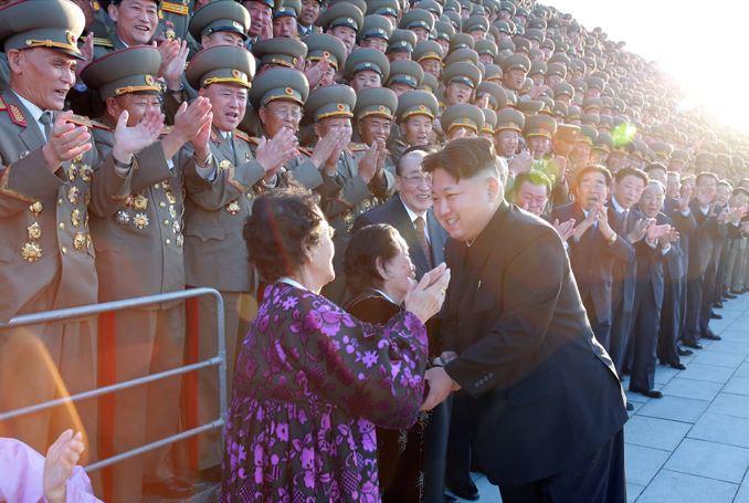 151014 - SK - KIM JONG UN - Marschall KIM JONG UN liess sich zusammen mit den Delegierten zum 70. Parteigründungstag fotografieren - 01 - 경애하는 김정은동지께서 조선로동당창건 70돐 경축대표들과 함께 기념사진을 찍으시였다
