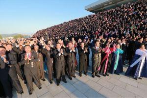 151014 - SK - KIM JONG UN - Marschall KIM JONG UN liess sich zusammen mit den Delegierten zum 70. Parteigründungstag fotografieren - 02 - 경애하는 김정은동지께서 조선로동당창건 70돐 경축대표들과 함께 기념사진을 찍으시였다