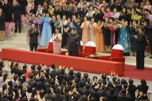 151019 - SK - KIM JONG UN - Marschall KIM JONG UN besuchte ein gemeinsames Konzert des Verdienten Staatlichen Chorensembles und der Moranbong Band - 01 - 경애하는 김정은동지께서 조선로동당창건 70돐경축 공훈국가합창단과 모란봉악단의 합동공연을 관람하시였다