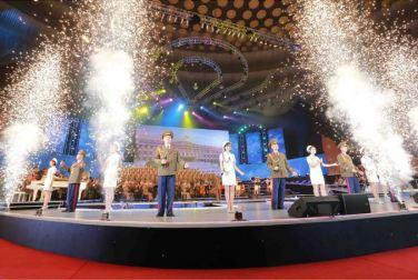 151019 - SK - KIM JONG UN - Marschall KIM JONG UN besuchte ein gemeinsames Konzert des Verdienten Staatlichen Chorensembles und der Moranbong Band - 03 - 경애하는 김정은동지께서 조선로동당창건 70돐경축 공훈국가합창단과 모란봉악단의 합동공연을 관람하시였다