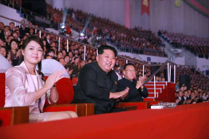 151019 - SK - KIM JONG UN - Marschall KIM JONG UN besuchte ein gemeinsames Konzert des Verdienten Staatlichen Chorensembles und der Moranbong Band - 04 - 경애하는 김정은동지께서 조선로동당창건 70돐경축 공훈국가합창단과 모란봉악단의 합동공연을 관람하시였다