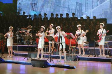 151019 - SK - KIM JONG UN - Marschall KIM JONG UN besuchte ein gemeinsames Konzert des Verdienten Staatlichen Chorensembles und der Moranbong Band - 08 - 경애하는 김정은동지께서 조선로동당창건 70돐경축 공훈국가합창단과 모란봉악단의 합동공연을 관람하시였다
