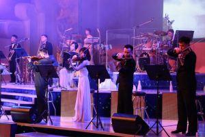 151019 - SK - KIM JONG UN - Marschall KIM JONG UN schaute einem Konzert des Chongbong-Ensembles zu - 03 - 경애하는 김정은동지께서 조선로동당창건 70돐경축 청봉악단의 공연을 관람하시였다