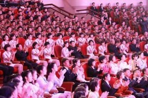 151019 - SK - KIM JONG UN - Marschall KIM JONG UN schaute einem Konzert des Chongbong-Ensembles zu - 05 - 경애하는 김정은동지께서 조선로동당창건 70돐경축 청봉악단의 공연을 관람하시였다