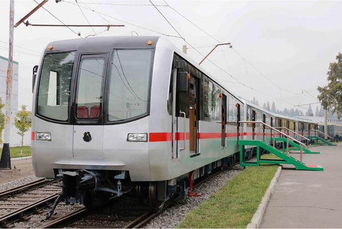 151023 - SK - KIM JONG UN - Marschall KIM JONG UN sah sich einen neuen U-Bahn-Zug an - 01 - 경애하는 김정은동지께서 김종태전기기관차련합기업소에서 새로 만든 지하전동차를 보시였다