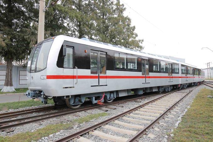 151023 - SK - KIM JONG UN - Marschall KIM JONG UN sah sich einen neuen U-Bahn-Zug an - 02 - 경애하는 김정은동지께서 김종태전기기관차련합기업소에서 새로 만든 지하전동차를 보시였다