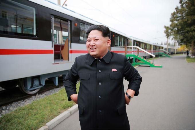 151023 - SK - KIM JONG UN - Marschall KIM JONG UN sah sich einen neuen U-Bahn-Zug an - 04 - 경애하는 김정은동지께서 김종태전기기관차련합기업소에서 새로 만든 지하전동차를 보시였다