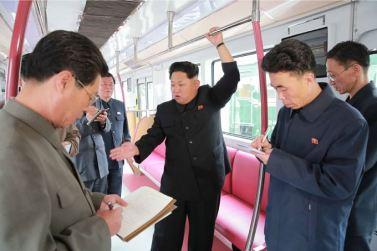 151023 - SK - KIM JONG UN - Marschall KIM JONG UN sah sich einen neuen U-Bahn-Zug an - 05 - 경애하는 김정은동지께서 김종태전기기관차련합기업소에서 새로 만든 지하전동차를 보시였다