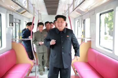 151023 - SK - KIM JONG UN - Marschall KIM JONG UN sah sich einen neuen U-Bahn-Zug an - 06 - 경애하는 김정은동지께서 김종태전기기관차련합기업소에서 새로 만든 지하전동차를 보시였다