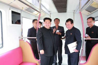 151023 - SK - KIM JONG UN - Marschall KIM JONG UN sah sich einen neuen U-Bahn-Zug an - 07 - 경애하는 김정은동지께서 김종태전기기관차련합기업소에서 새로 만든 지하전동차를 보시였다