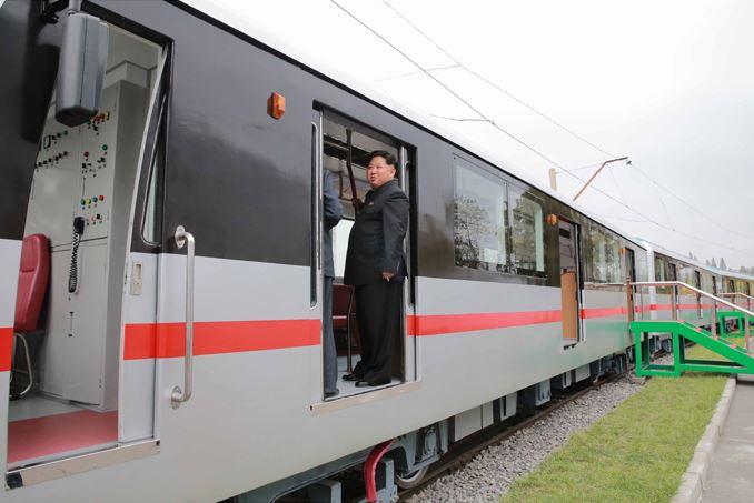 151023 - SK - KIM JONG UN - Marschall KIM JONG UN sah sich einen neuen U-Bahn-Zug an - 08 - 경애하는 김정은동지께서 김종태전기기관차련합기업소에서 새로 만든 지하전동차를 보시였다