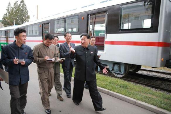 151023 - SK - KIM JONG UN - Marschall KIM JONG UN sah sich einen neuen U-Bahn-Zug an - 09 - 경애하는 김정은동지께서 김종태전기기관차련합기업소에서 새로 만든 지하전동차를 보시였다