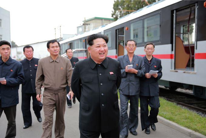 151023 - SK - KIM JONG UN - Marschall KIM JONG UN sah sich einen neuen U-Bahn-Zug an - 10 - 경애하는 김정은동지께서 김종태전기기관차련합기업소에서 새로 만든 지하전동차를 보시였다