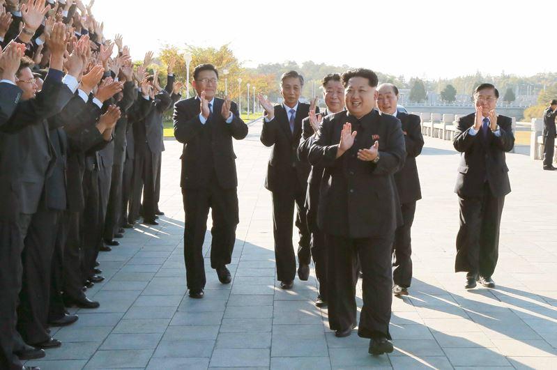 151026 - 조선의 오늘 - KIM JONG UN - Erinnerungsfoto des Genossen KIM JONG UN mit den Unterstützern des Baus eines Kraftwerkes - 01 - 경애하는 김정은동지께서 백두산영웅청년발전소완공에 기여한 련관단위 일군들, 근로자들과 함께 기념사진을 찍으시였다.jpg