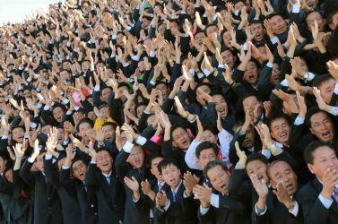 151026 - 조선의 오늘 - KIM JONG UN - Erinnerungsfoto des Genossen KIM JONG UN mit den Unterstützern des Baus eines Kraftwerkes - 03 - 경애하는 김정은동지께서 백두산영웅청년발전소완공에 기여한 련관단위 일군들, 근로자들과 함께 기념사진을 찍으시였다.jpg