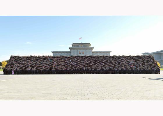 151026 - RS - KIM JONG UN - Erinnerungsfoto des Genossen KIM JONG UN mit den Unterstützern des Baus eines Kraftwerkes - 경애하는 김정은동지께서 백두산영웅청년발전소완공에 기여한 련관단위 일군들, 근로자들과 함께 기념사진을 찍으시였다