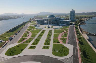 151028 - 조선의 오늘 - KIM JONG UN - Marschall KIM JONG UN besuchte den ausgezeichnet fertig gebauten Palast der Wissenschaft und Technik - 25 - 위대한 당의 전민과학기술인재화방침이 완벽하게 반영된 국보적인 건축물 경애하는 김정은동지께서 과학기술전당을 현지지도하시였다